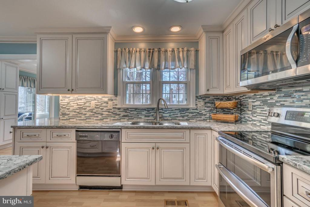 Top-rated Candelight Soft Close Kitchen cabinets - 1113 JOHN PAUL JONES DR, STAFFORD