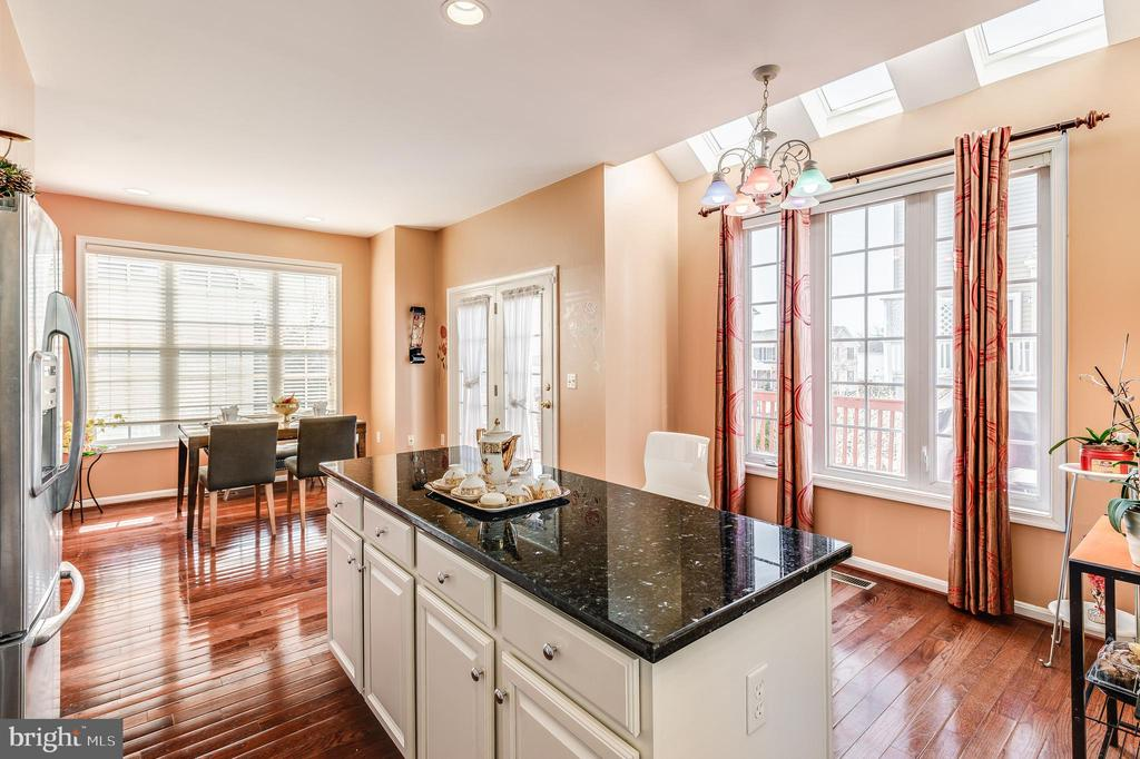 newly renovated kitchen - 8247 ELECTRIC AVE, VIENNA