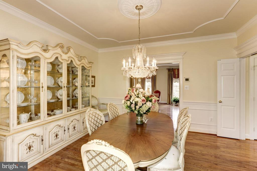Shadowboxing and detailed molding on ceiling in DR - 1114 ROUND PEBBLE LN, RESTON