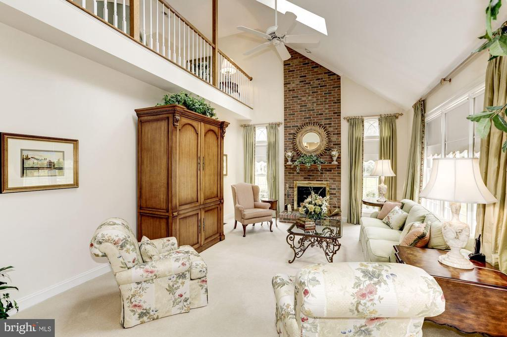 Spacious FR great for relaxing and entertaining - 1114 ROUND PEBBLE LN, RESTON