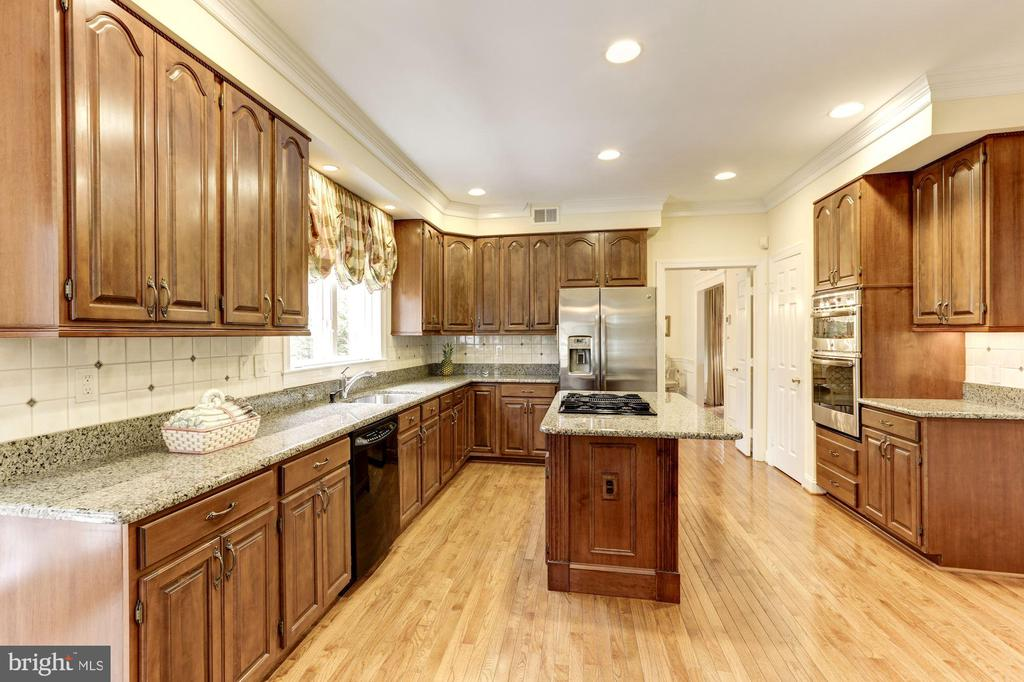 Spacious and bright kitchen - 1114 ROUND PEBBLE LN, RESTON
