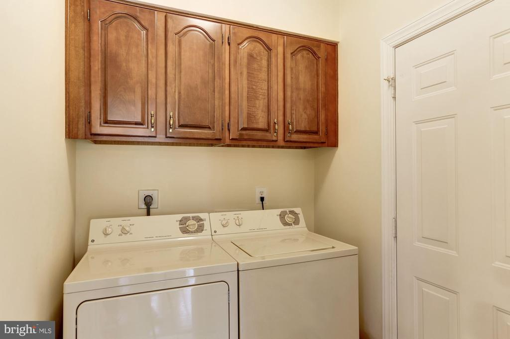 Convenient Main Level Laundry mud/room - 1114 ROUND PEBBLE LN, RESTON