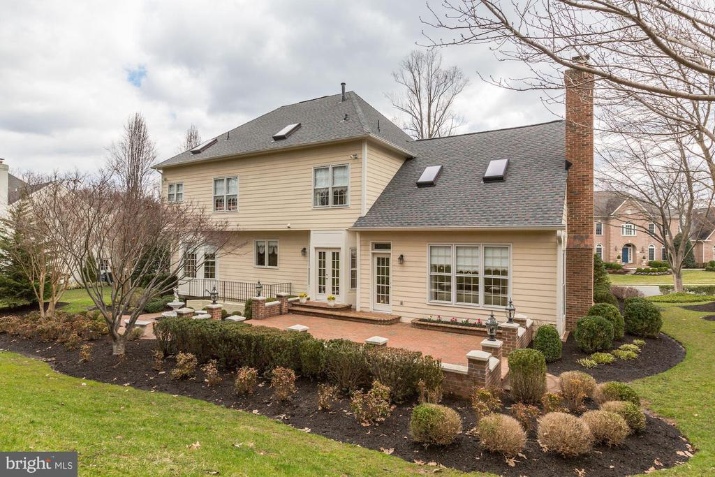 Gorgeous landscaping in the backyard - 1114 ROUND PEBBLE LN, RESTON