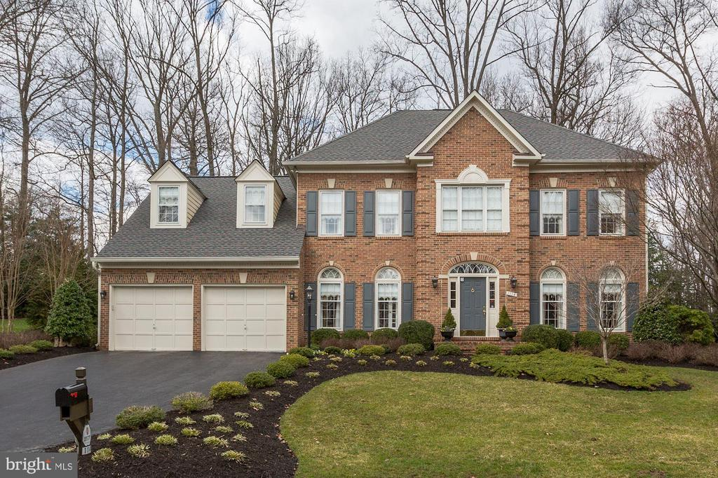 Elegant home with spectacular curb appeal - 1114 ROUND PEBBLE LN, RESTON