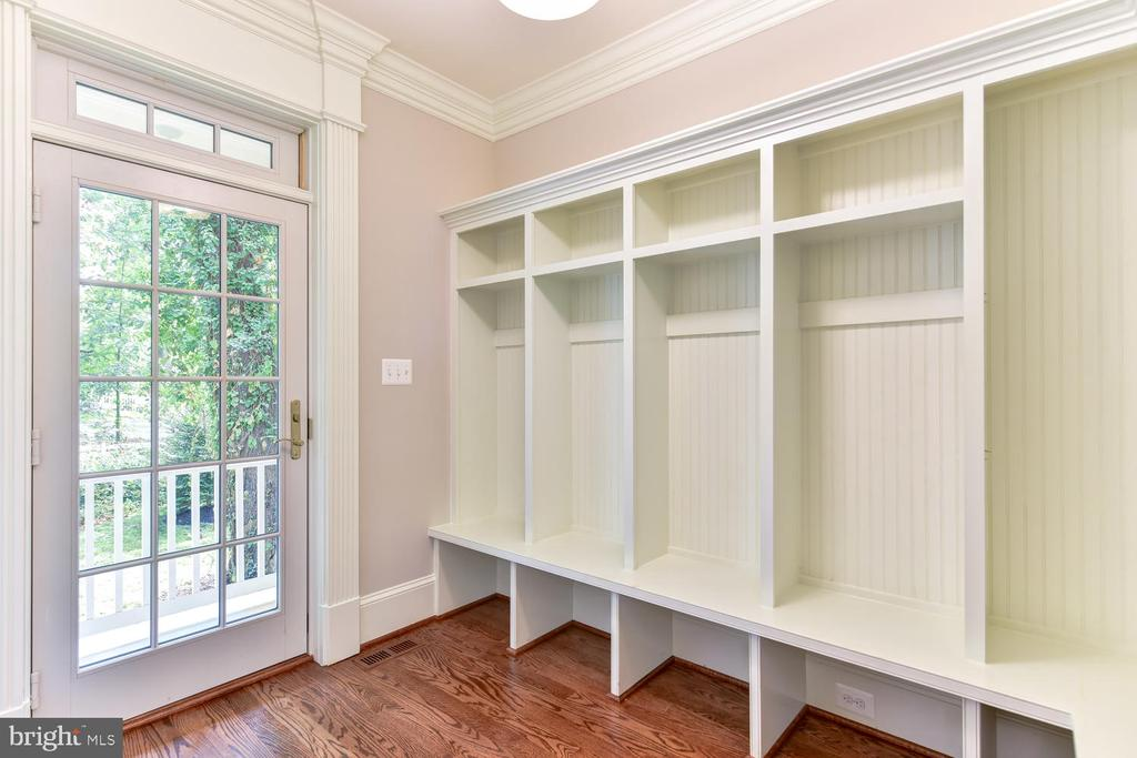 Mud Room has access from front porch - 402 PRINCETON BLVD, ALEXANDRIA