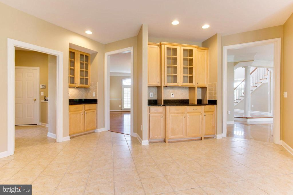 Kitchen Built-In Buffet And Butler Pantry - 42739 CEDAR RIDGE BLVD, CHANTILLY