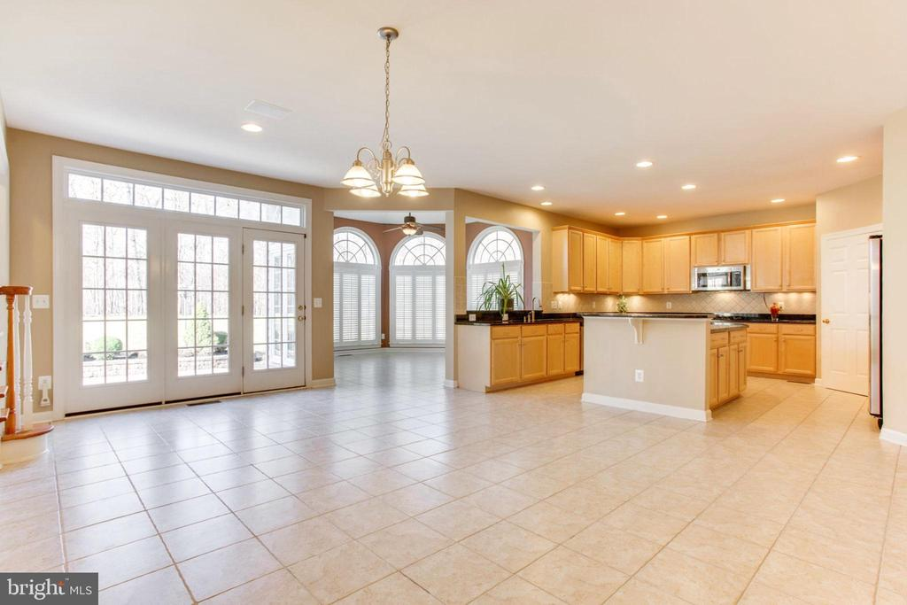 Expansive Gourmet Kitchen With Rear Sunroom - 42739 CEDAR RIDGE BLVD, CHANTILLY