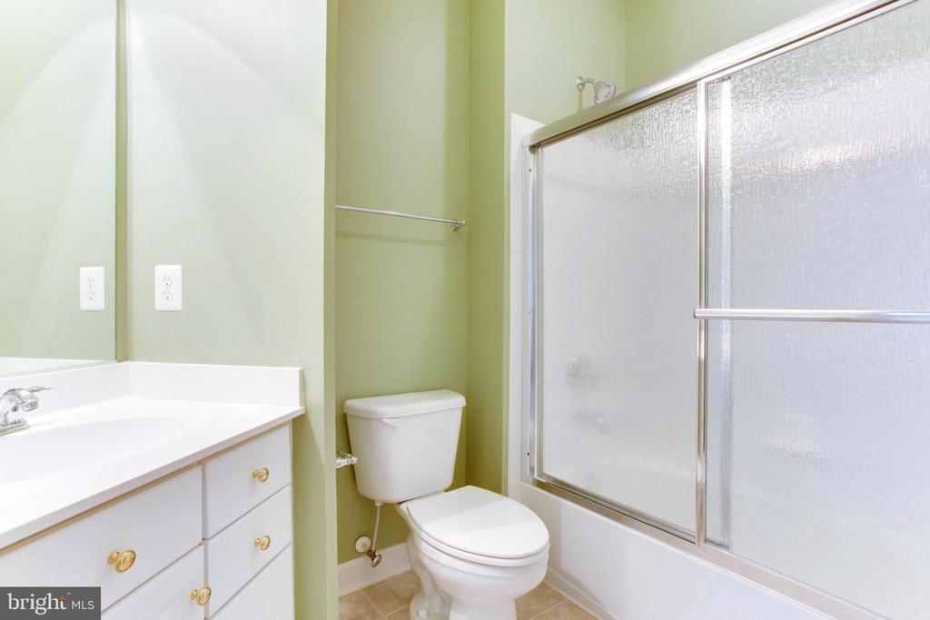 En Suite 3 With Full Bath And Walk-In Closet - 42739 CEDAR RIDGE BLVD, CHANTILLY