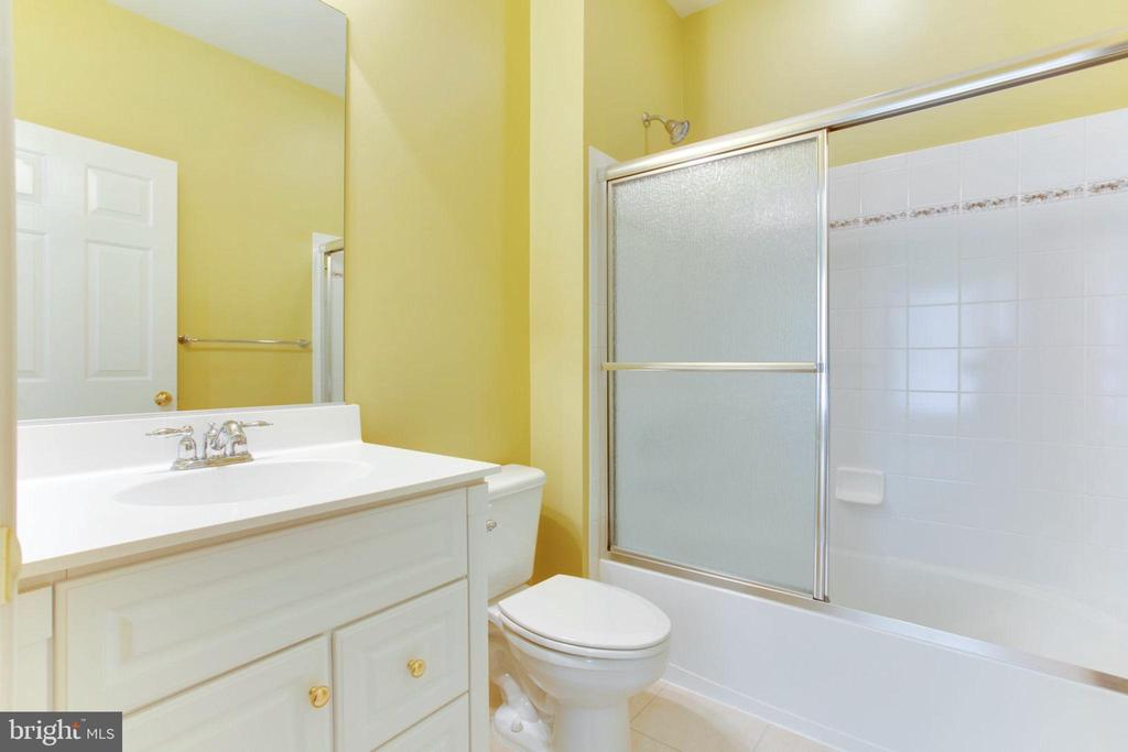 En Suite 4 With Full Bath And Walk-In Closet - 42739 CEDAR RIDGE BLVD, CHANTILLY