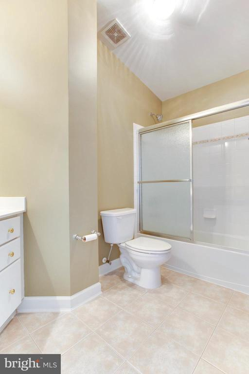 En Suite 2 With Full Bath And Walk-In Closet - 42739 CEDAR RIDGE BLVD, CHANTILLY