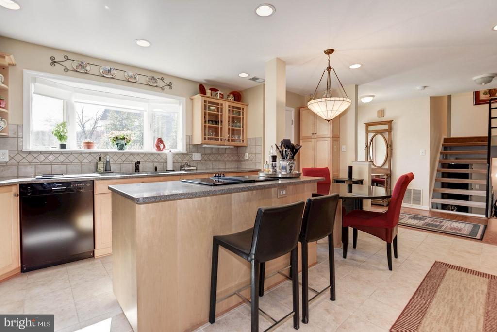 Beautifully updated and expanded kitchen - 9802 PEPPERMILL PL, VIENNA