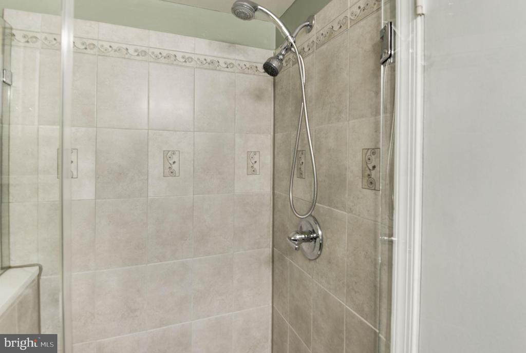 Beautifully updated hall bath - 9802 PEPPERMILL PL, VIENNA