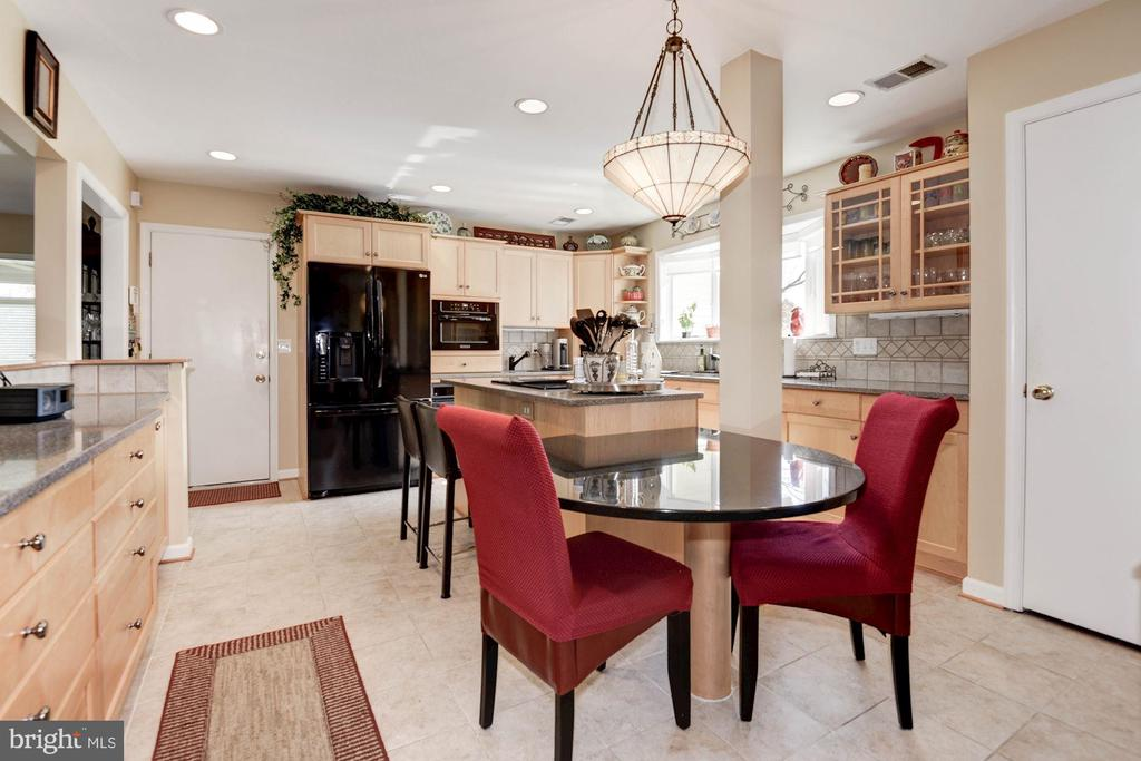 Loads of counter and cabinet space, built in table - 9802 PEPPERMILL PL, VIENNA