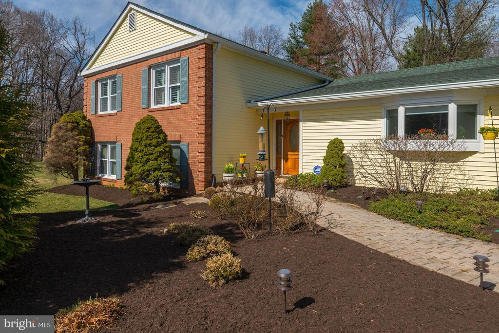 Beautifully landscaped 1/2 acre lot - 9802 PEPPERMILL PL, VIENNA