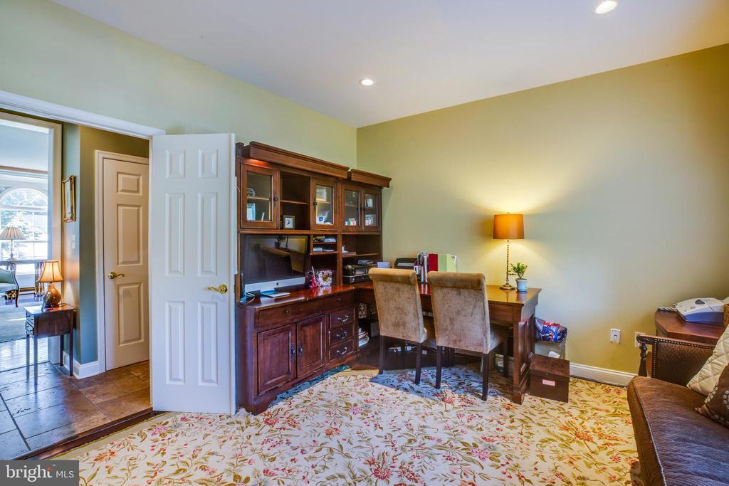 Office/ Bedroom on main level - 20 PROSPECT DR, FREDERICKSBURG