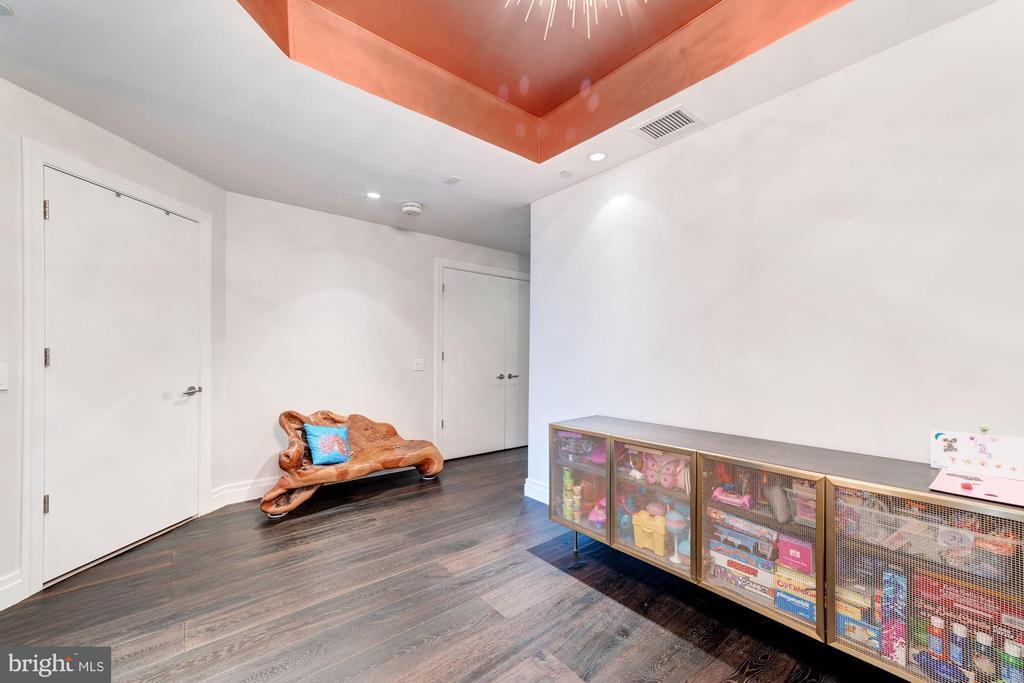 Den/Possible Second Bedroom w/Adjacent Full Bath - 1881 N NASH ST #906, ARLINGTON