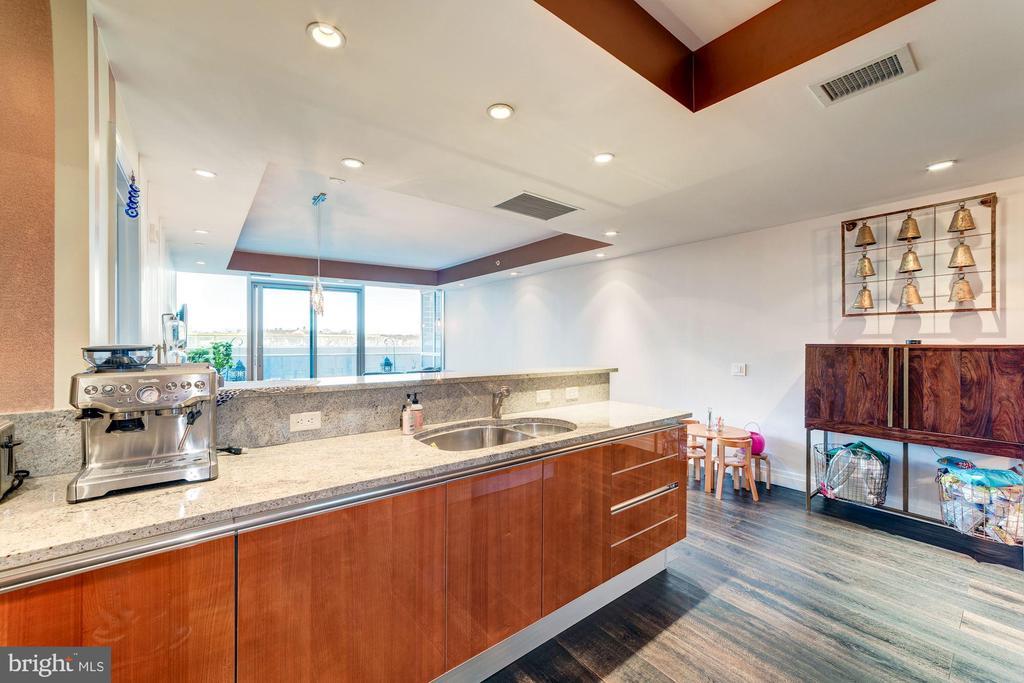Pristine Kitchen with Breakfast Bar - 1881 N NASH ST #906, ARLINGTON
