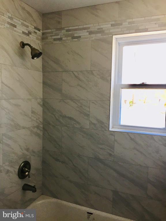 Shower - 4300 SKYLINE DR, SUITLAND