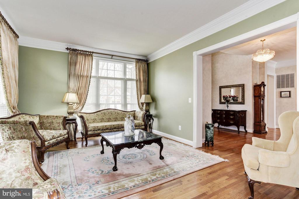 Relax in your Spacious Living Room - 3509 SCHUERMAN HOUSE DR, FAIRFAX