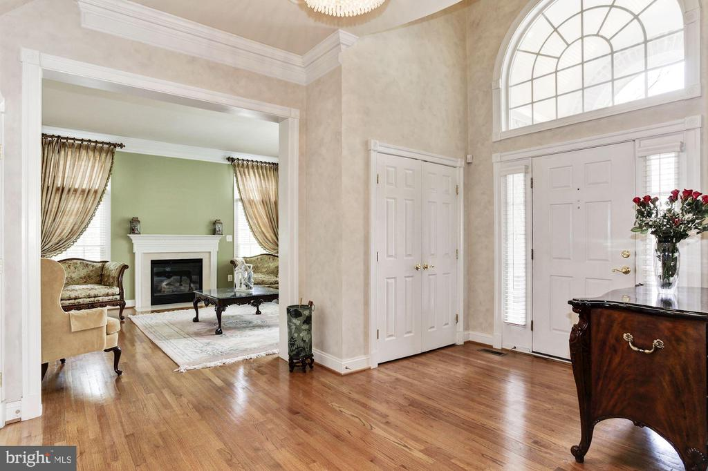 Grand Entrance in a Move in Ready Home - 3509 SCHUERMAN HOUSE DR, FAIRFAX