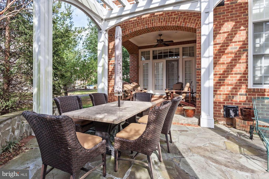 So Much room to Entertain and Relax Outside - 3509 SCHUERMAN HOUSE DR, FAIRFAX