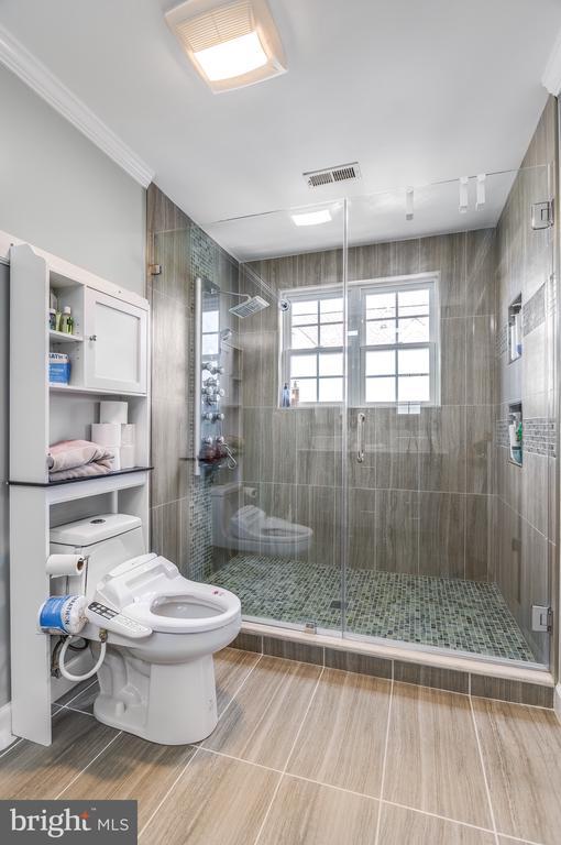 Oversized frameless shower master bathroom - 8247 ELECTRIC AVE, VIENNA