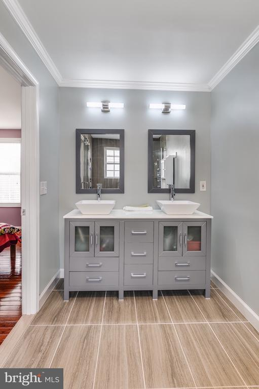Luxury double vanity in master bath - 8247 ELECTRIC AVE, VIENNA