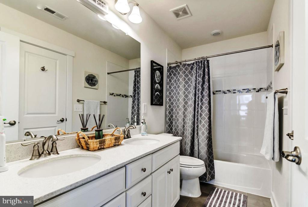 Master Bath w/ Jetted Tub,  Separate Shower - 17152 GULLWING DR, DUMFRIES
