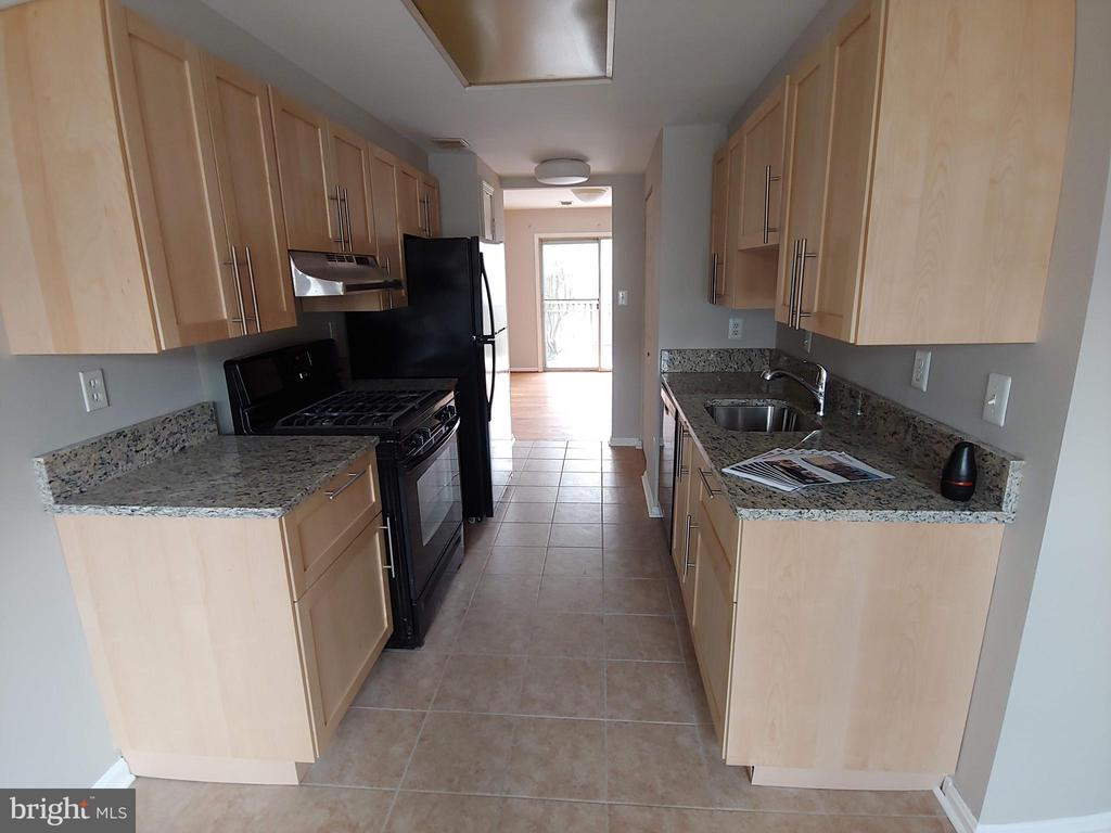 Updated kitchen with granite counters ! - 5916 MORNINGBIRD LN, COLUMBIA