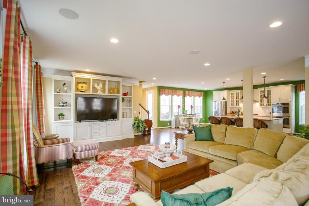 Living Room with Custom Built-Ins - 1010 LACONIAN ST SE, LEESBURG
