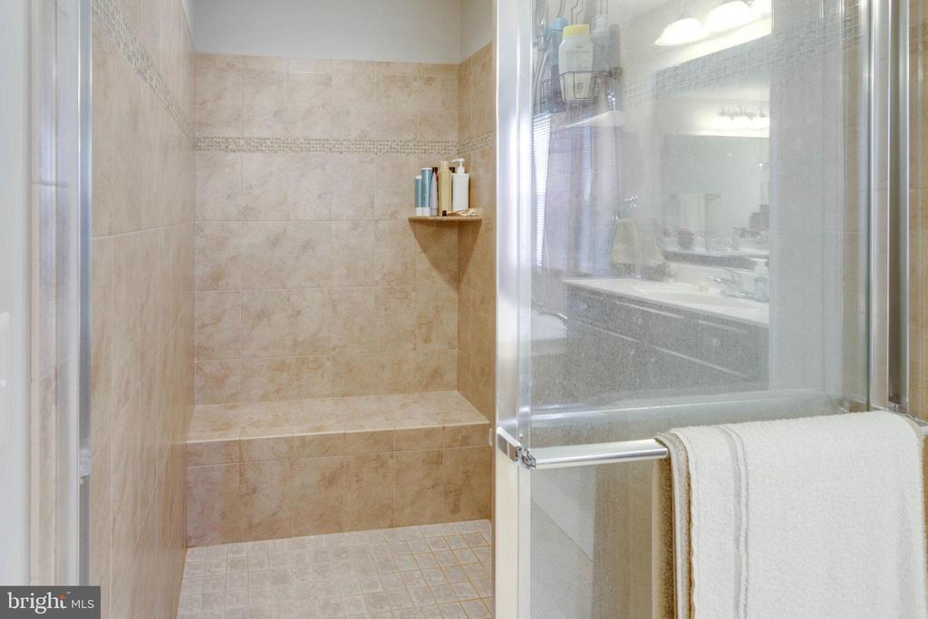 Master shower with bench - 10283 SPRING IRIS DR, BRISTOW