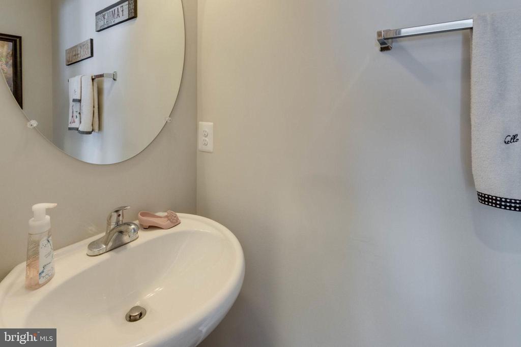 Handy first floor powder room - 10283 SPRING IRIS DR, BRISTOW