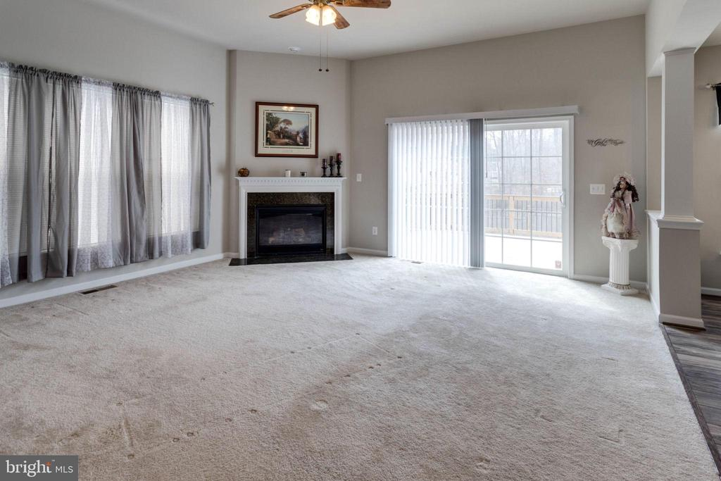 Corner gas fireplace centers the family room - 10283 SPRING IRIS DR, BRISTOW