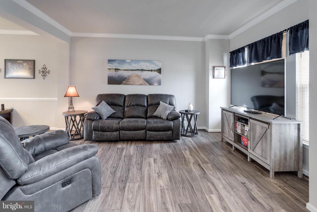 Beautiful hardwood floors, crown molding in living - 10283 SPRING IRIS DR, BRISTOW