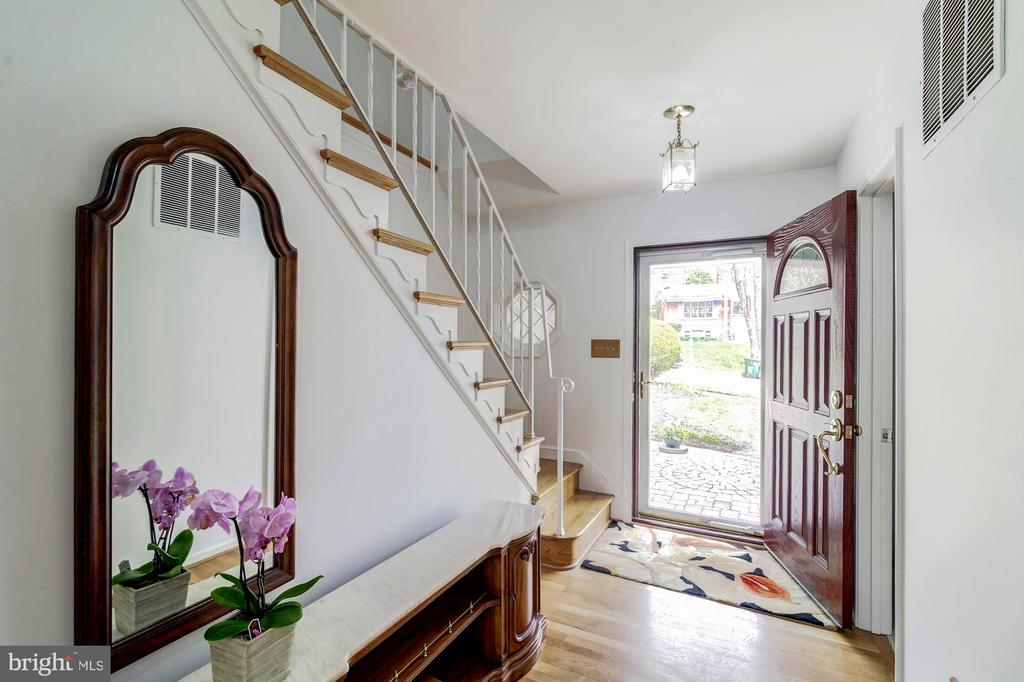 Foyer with classy updated entry door - 9329 GLENBROOK RD, FAIRFAX