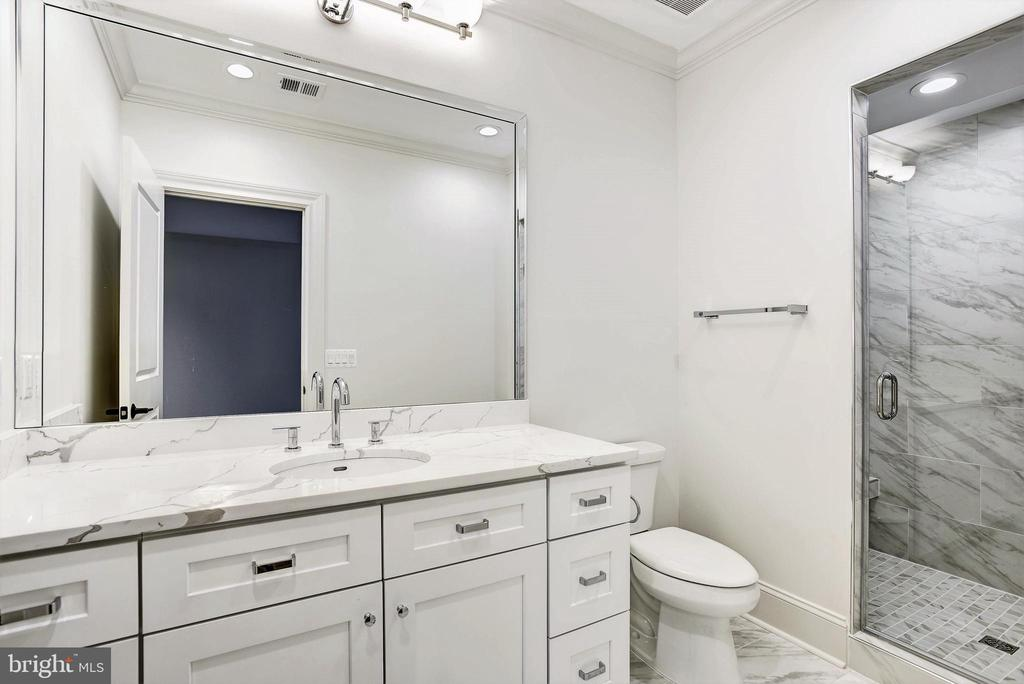 Ensuite bath off upper level 3 bedroom - 22501 CREIGHTON FARMS DR, LEESBURG