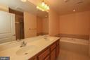 Master bath with soaking tub - 1830 FOUNTAIN DR #1001, RESTON