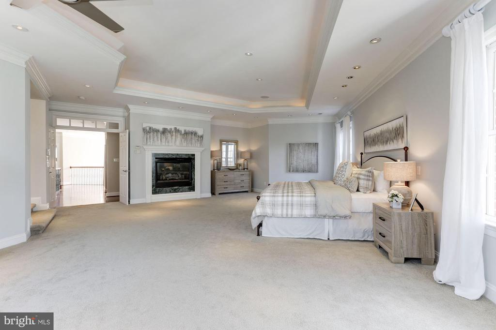 Master Bedroom with gas fireplace - 7826 SWINKS MILL CT, MCLEAN