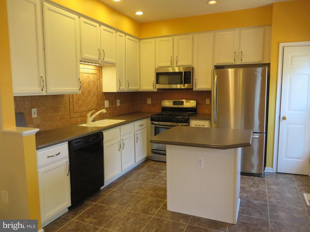 LARGE KITCHEN WITH ISLAND - 6534 PARISH GLEBE LN, ALEXANDRIA