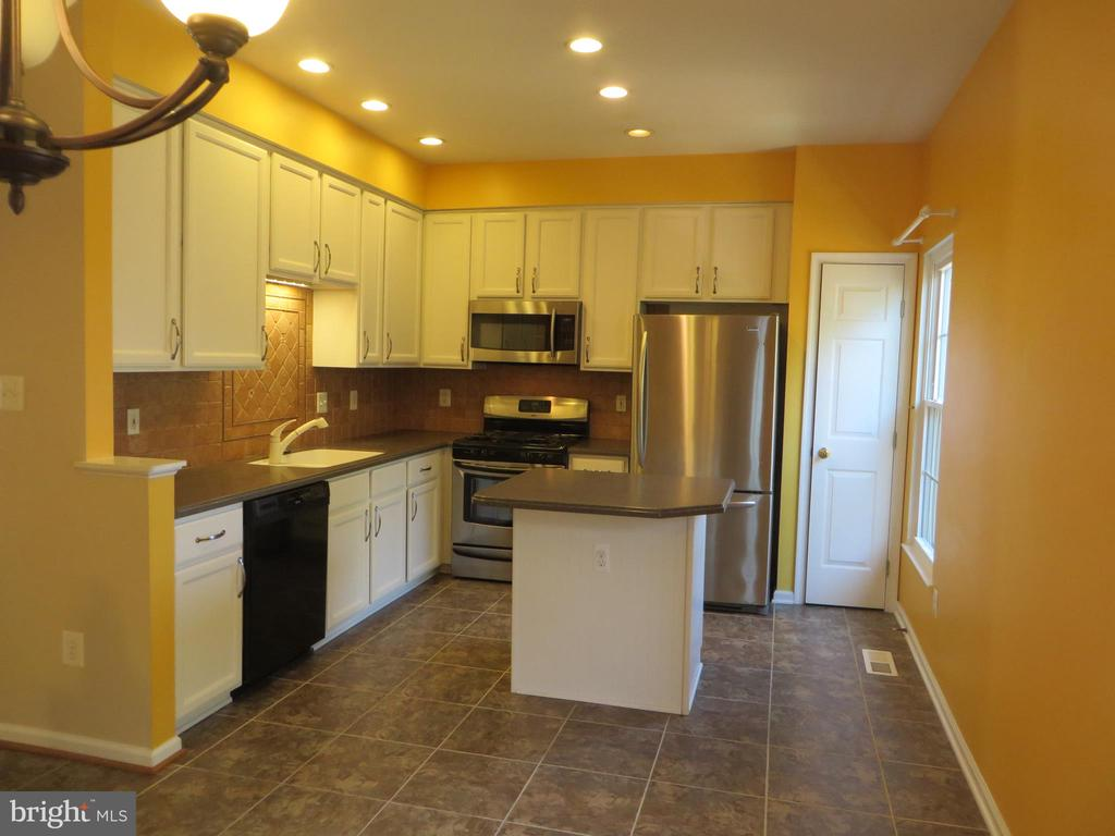 SPACIOUS DELUXE KITCHEN WITH CORINAN COUNTER TOPS - 6534 PARISH GLEBE LN, ALEXANDRIA