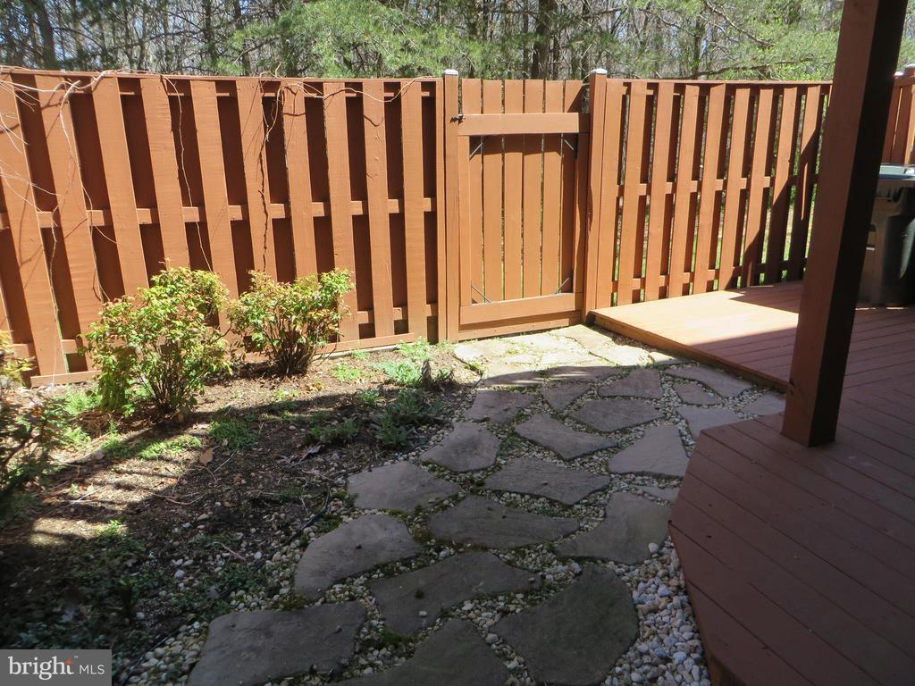 PRIVATE FENCED REAR YARD - 6534 PARISH GLEBE LN, ALEXANDRIA