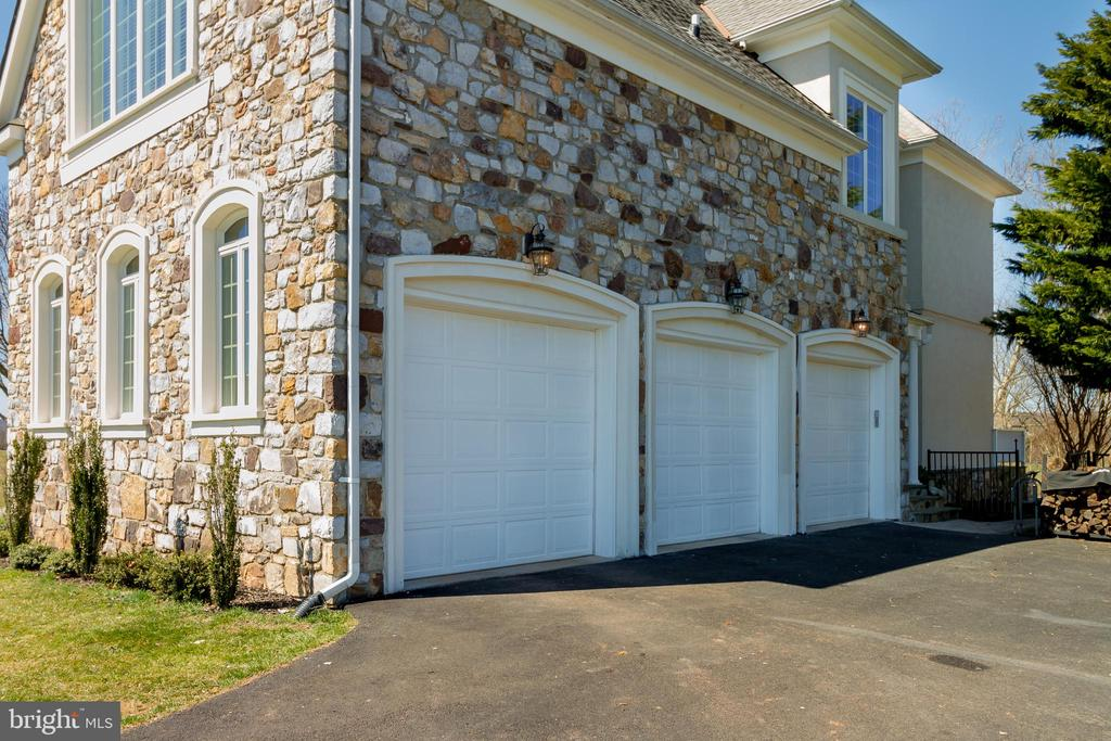 Expansive 3-Car Garage with storage and side entry - 17160 SPRING CREEK LN, LEESBURG