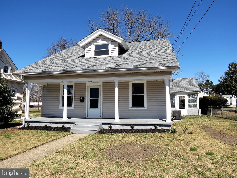 Maison unifamiliale pour l Vente à 723 W BROAD Street Gibbstown, New Jersey 08027 États-Unis
