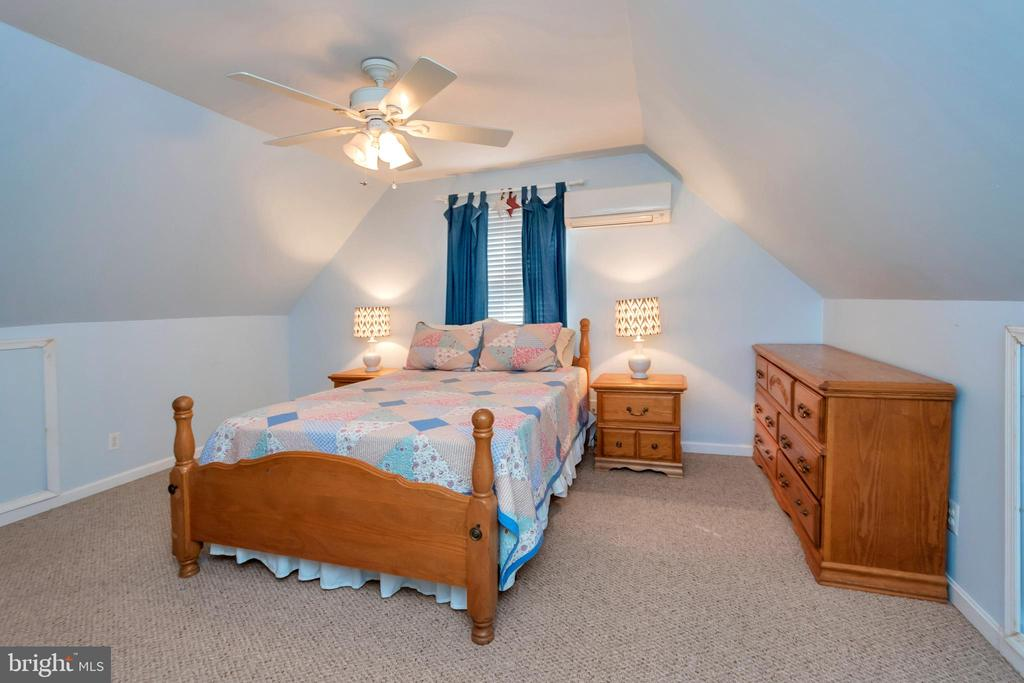 Spacious bedroom for guests - 128 HARRISON CIR, LOCUST GROVE