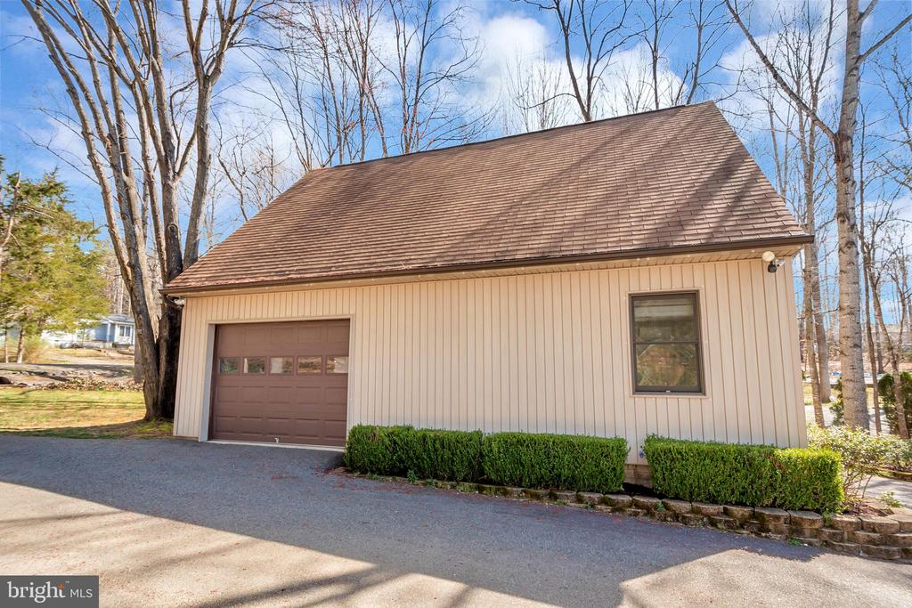 Adorable guest house with one stall garage - 128 HARRISON CIR, LOCUST GROVE