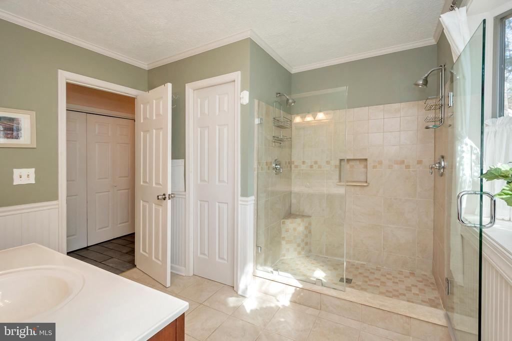 Jack and Jill bath with luxurious double shower - 128 HARRISON CIR, LOCUST GROVE