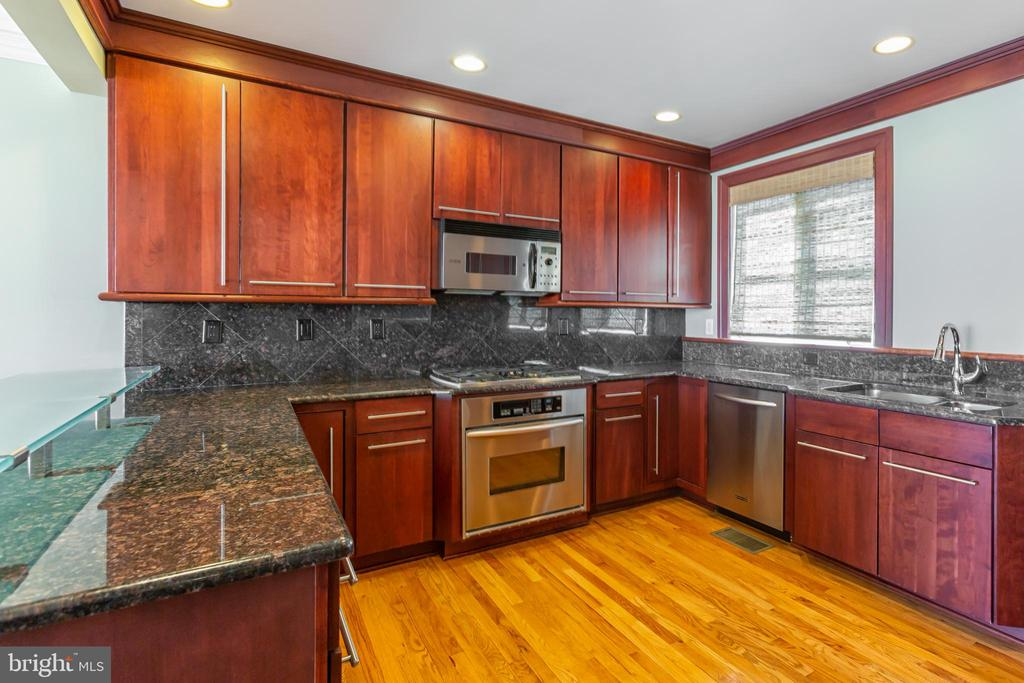 Spacious kitchen with gorgeous granite countertops - 1419 N NASH ST, ARLINGTON