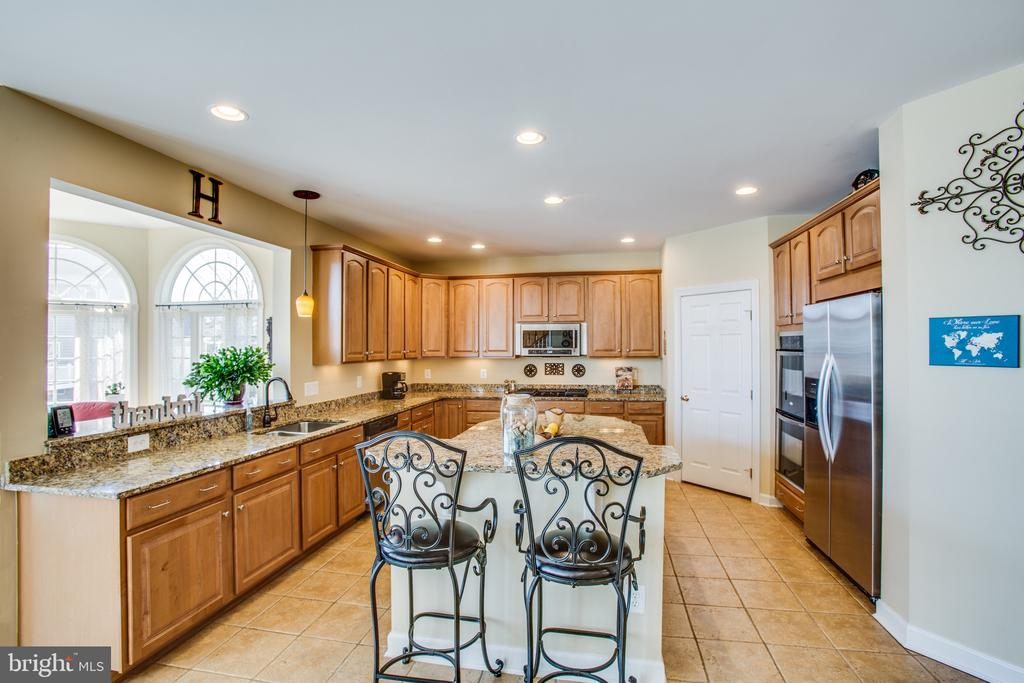 5-burner gas cooktop & walk-in pantry - 5916 DEEP CREEK DR, FREDERICKSBURG