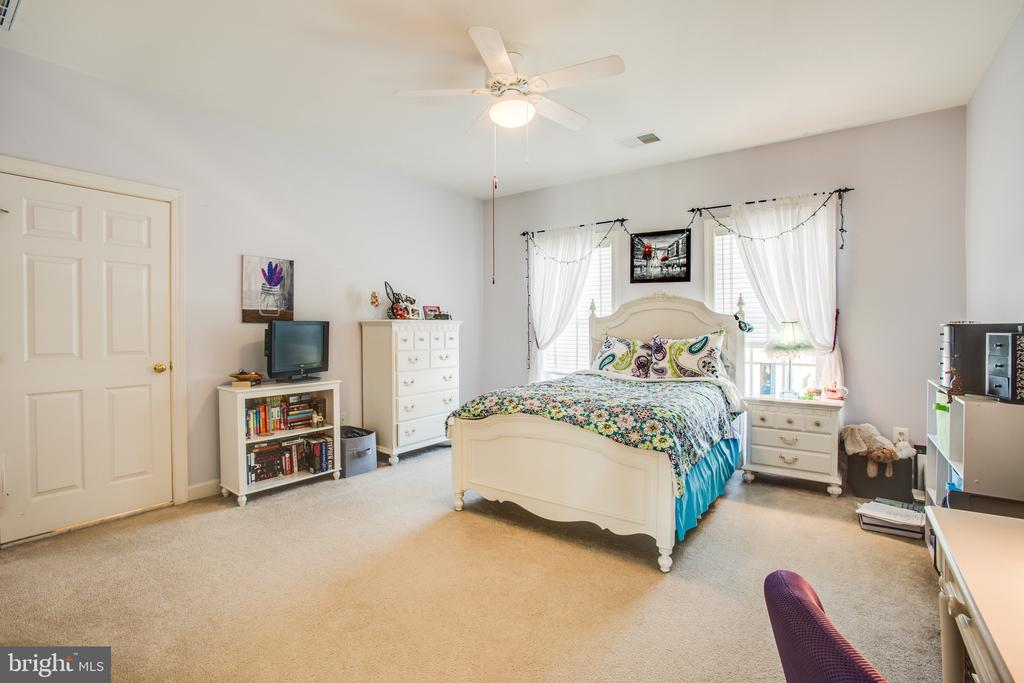 Upper level Bedroom 2 w/ ensuite & walk-in closet - 5916 DEEP CREEK DR, FREDERICKSBURG