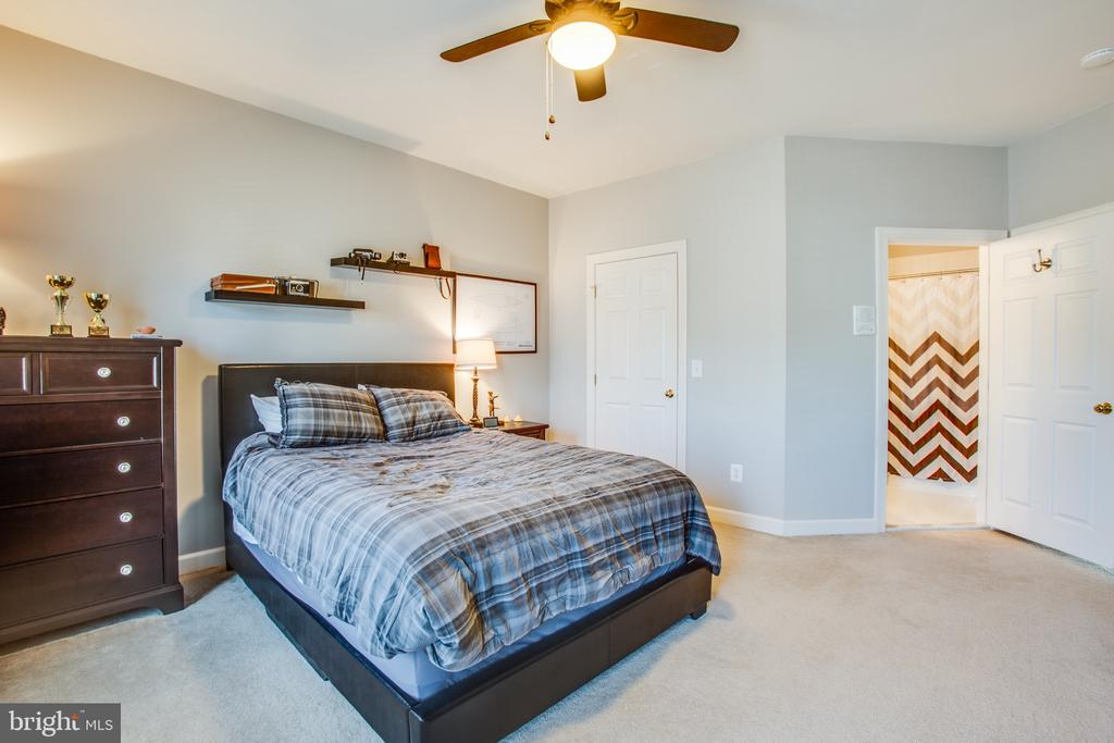 Upper level Bedroom 3 w/ ensuite & walk-in closet - 5916 DEEP CREEK DR, FREDERICKSBURG